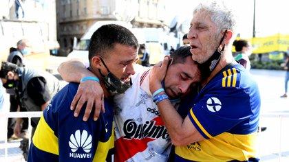 Hinchas de Boca y de River, desconsolados. El mundo llora a Maradona (Foto: Maximiliano Luna)