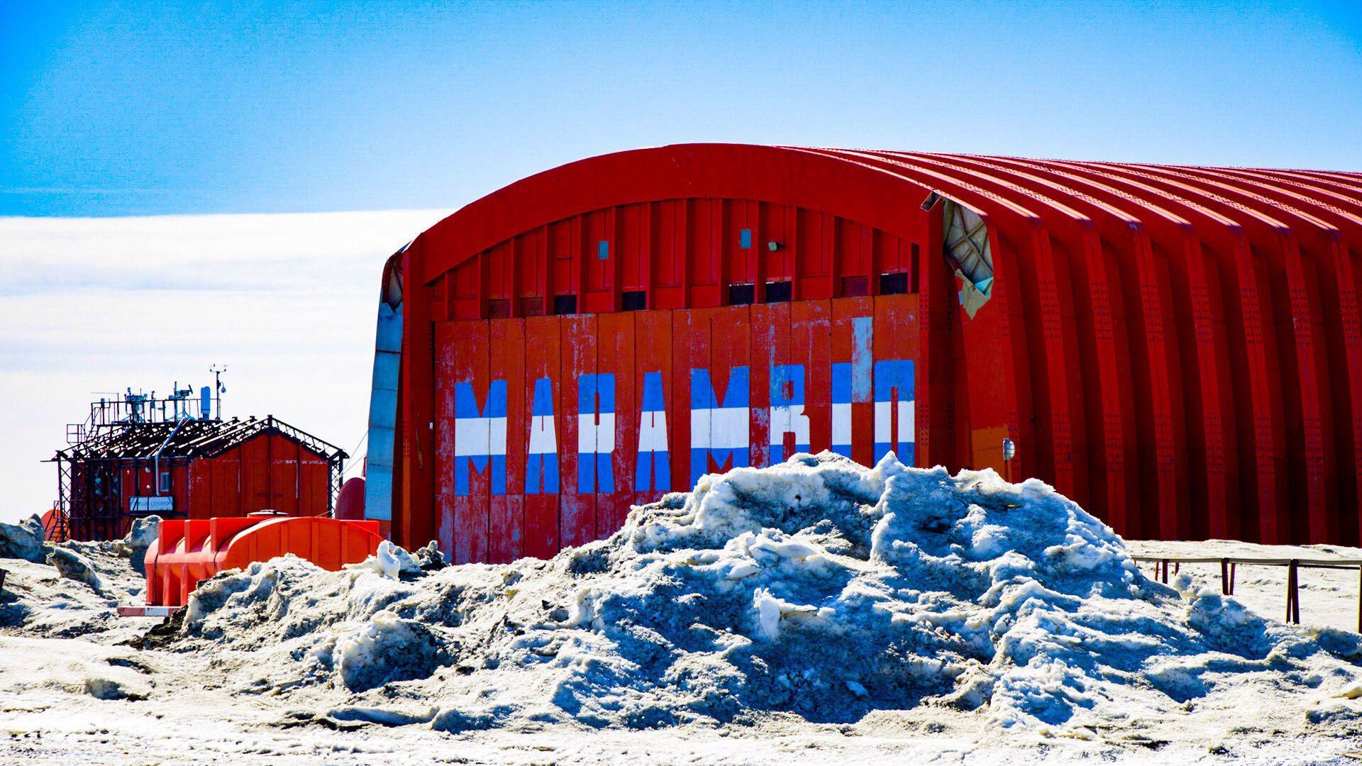 El hangar del avión Twin Otter, una postal de la base argentina Marambio, ubicada en la península antártica (Foto: Thomas Kazki)