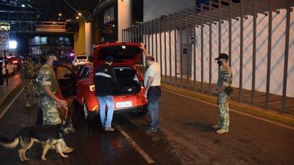 Autoridades revisan un vehículo durante el control aleatorio que ejercen en el habilitado paso fronterizo entre Brasil y Paraguay hoy, en el Puente de la Amistad, en Ciudad del Este (Paraguay) EFE/ Stringer