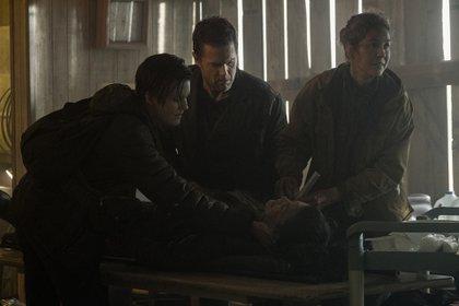 """Actores, directores, productores y todos los integrantes del equipo de """"Fear The Walking Dead""""aprovechan el tiempo muerto entre escena y escena para pasar un tiempo agradable juntos (Foto: Ryan Green/AMC)"""