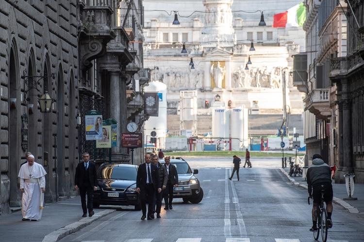 El Papa caminando por una desierta Via del Corso ( VATICAN MEDIA / AFP)