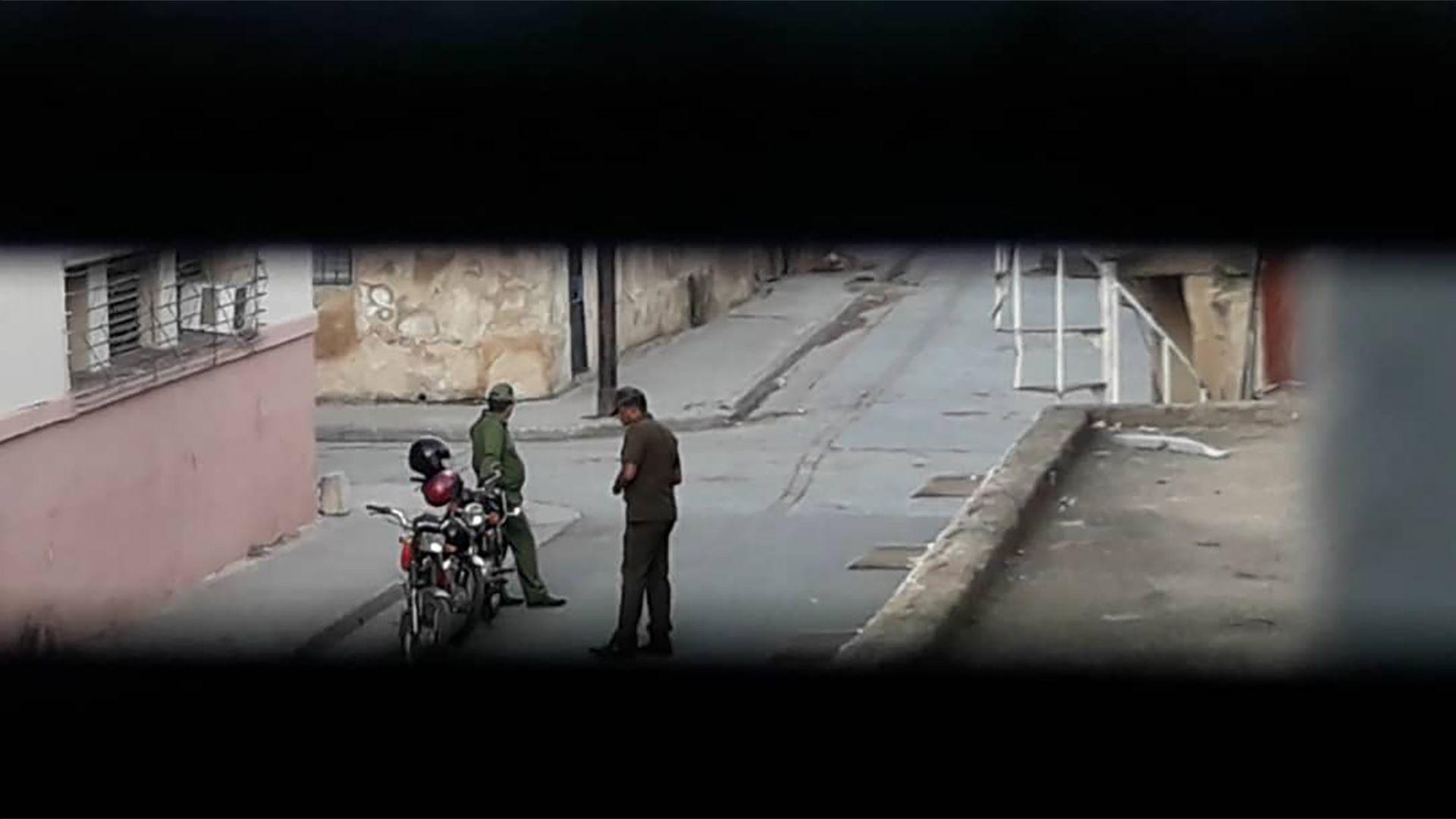 Dos uniformados cubanos vigilan de cerca los movimientos de la disidencia (@14ymedio)