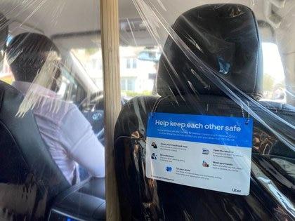 FOTO DE ARCHIVO: Un conductor de Uber usa una máscara protectora mientras conduce un automóvil en el vecindario de Queens, mientras la enfermedad del coronavirus (COVID-19) continúa propagándose, en Nueva York. 5 de agosto de 2020.  REUTERS/Tina Bellon