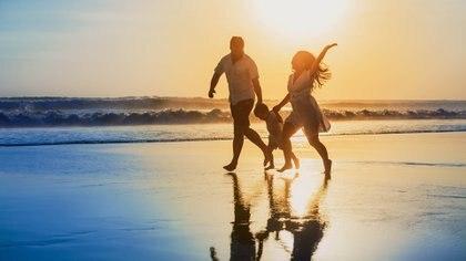 Salir a caminar pocas cuadras o ponerte a bailar solo, diez minutos, cambiará tu ánimo por completo (iStock)