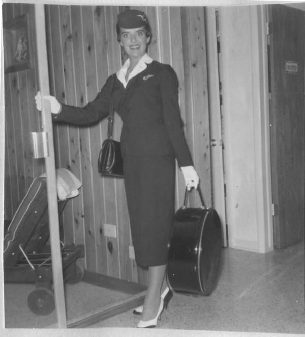 Esta foto sin fecha, de un album personal de Bette Nash, la muestra en un antiguo traje de azafata, en Washington DC (Bette Nash/AFP – HO)