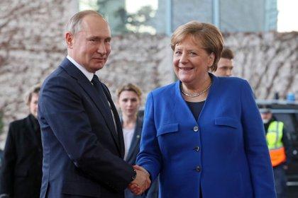La canciller alemana, Angela Merkel, y el presidente ruso, Vladimir Putin.EFE/EPA/HAYOUNG JEON/Archivo