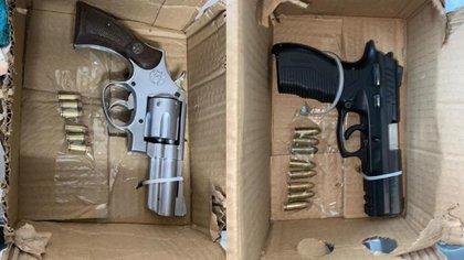 En la izquierda el arma que portaba el atacante / a la derecha el arma de uno de los escoltas.