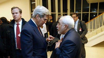 El ex secretario de Estado John Kerry junto al canciller iraní Mohammed Javad Zarif, durante las negociaciones para el acuerdo nuclear