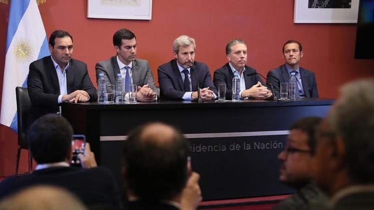 Los gobernadores Valdes y Urtyubey con los ministros Frigerio y Dujovne tras una ronda de diálogo