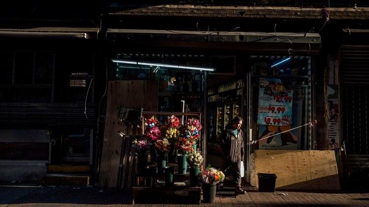 Una tienda de abarrotes en Jackson Heights. Este es uno de los pocos tipos de negocios que pueden permanecer abiertos durante la pandemia. (Ryan Christopher Jones / The New York Times)