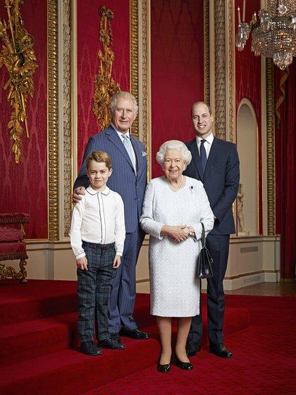 La reina Isabel II de Gran Bretaña, el príncipe Carlos, el príncipe William y el príncipe George posan para un retrato para marcar el inicio de una nueva década, en el Salón del Trono del Palacio de Buckingham en Londres, Gran Bretaña, el 18 de diciembre de 2019