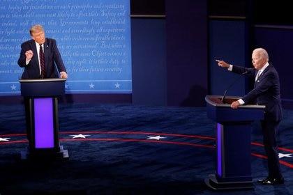 El presidente de EEUU, Donald Trump, y el candidato demócrata, Joe Biden, durante el debate electoral en Cleveland, Ohio, EEUU. 29 de septiembre de 2020. REUTERS/Brian Snyder