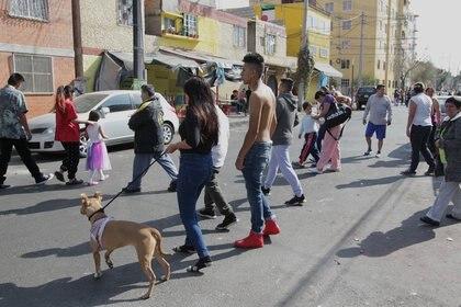 Habitantes permanecen fuera de sus hogares tras un sismo el 25 de diciembre de 2017, sin que se reportaran daños hasta el momento, en Ciudad de México (México). EFE/Mario Guzmán/Archivo