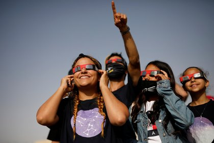 Niños usan lentes para ver el eclipse