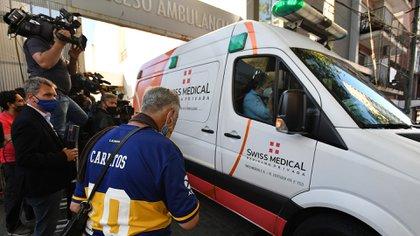 Los fanáticos alentaron al astro cuando salió en la ambulancia. Otros, rezaron por su recuperación (NA: JUAN VARGAS)