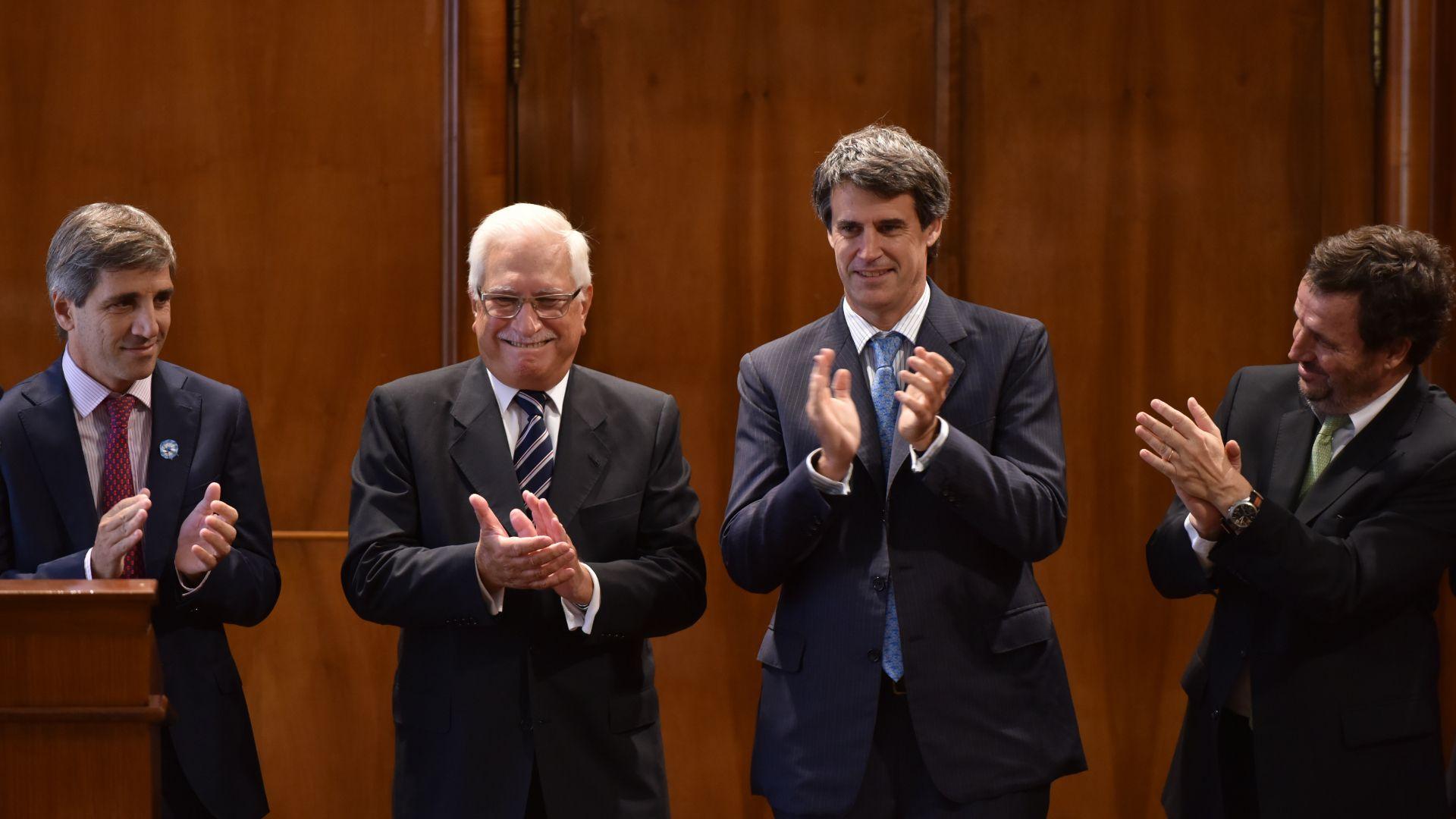 El día que Todesca asumió como titular del INDEC. Lo aplauden el por entonces ministro de Economía, Alfonso Prat Gay, y parte de su equipo, Luis Caputo y Pedro Lacoste. (Adrián Escandar)