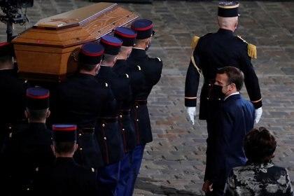 El presidente Emmanuel Macron ve pasar el féretro con los restos del profesor Samuel Paty después del memorial realizado en el patio central de la universidad de la Sorbone. Francois Mori/Pool via REUTERS