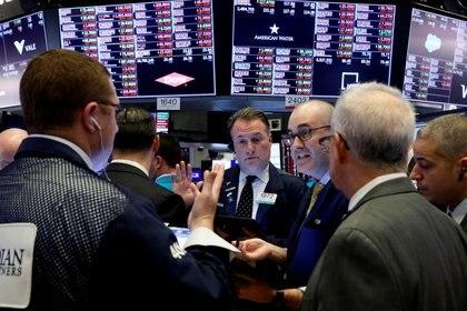 Los precios de los ADR y bonos argentinos acumulan una baja de más de 40% en dólares en 2020. (Reuters)