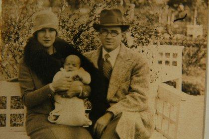 El bebé Ernesto junto a sus padres.