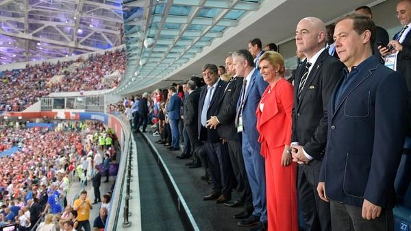 رئيس الاتحاد الكرواتي لكرة القدم دافور سوكر، رئيس كوليندا غرابار كيتاروفيتش، رئيس الفيفا جياني إنفانتينو ورئيس الوزراء الروسي ديمتري ميدفيديف قبل بدء روسيا - كرواتيا في الاستاد الاولمبي في سوتشي (رويترز)