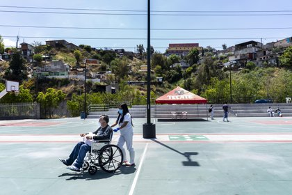 Aurelio Burciaga Canivea, 54 años, un paciente que superó coronavirus, es dado de alta de un hospital de campaña levantado en el estadio de basketball de Tijuana (Foto: Washington Post/Melina Mara)