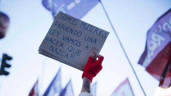 Una manifestante exhibe un cartel tras la media sanción a la legalización del aborto en Diputados (Foto: Adrián Escandar)