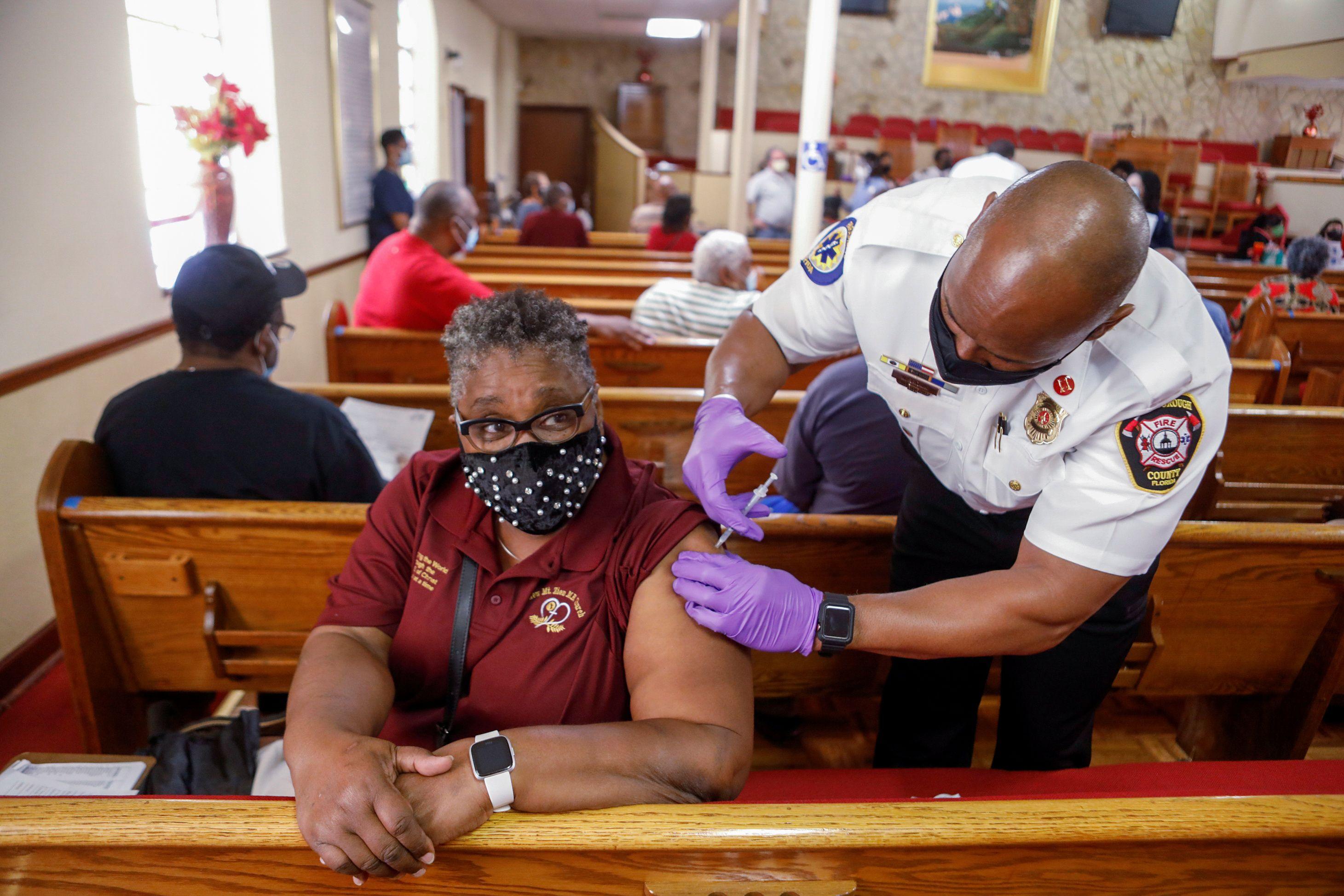 Una mujer recibe la vacuna contra COVID-19 en una iglesia Baptista en Tampa, Florida - REUTERS/Octavio Jones