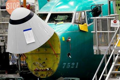 El sensor de ángulo de ataque, en el centro inferior, se ve en un avión 737 Max en la fábrica de Boeing en Renton (REUTERS/Lindsey Wasson)