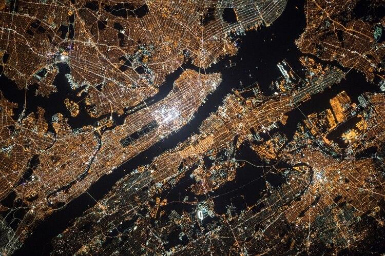 Oleg Kononenko, colega de Kelly en la estación, tomó esta fotografía de la Ciudad de Nueva York en 2016 (Oleg Kononenko, via NASA via The New York Times)