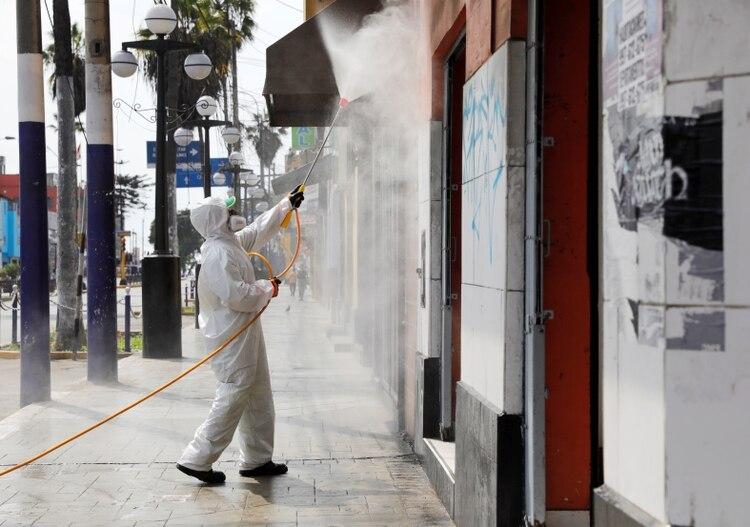 Trabajos de desinfección en Lima (Reuters)