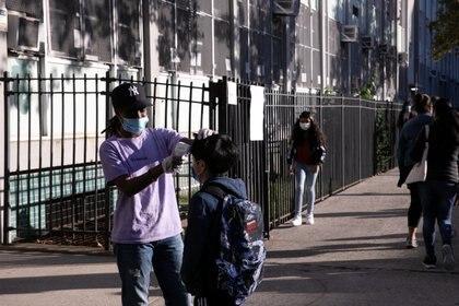 """""""Si los estudiantes pueden seguir asistiendo a sus clases y los padres tienen más confianza en que pueden volver al trabajo se podría dar impulso a la recuperación de la ciudad"""", observó The New York Times. (REUTERS/Caitlin Ochs)"""