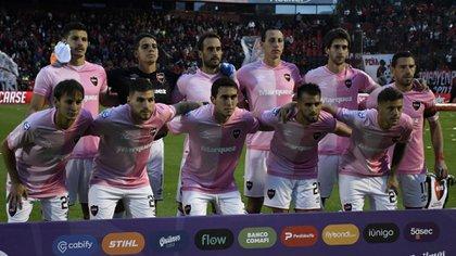 Newell's ya había lucido una camiseta rosa en 2019 en un partido ante Banfield (FotoBaires)