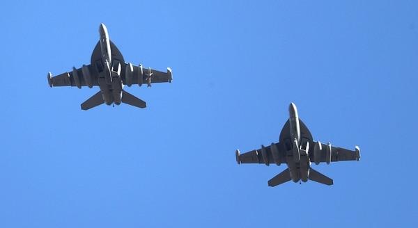 Dos F-18 Hornet, principal caza embarcado en portaaviones que será desplazado por el F-35C (Reuters)