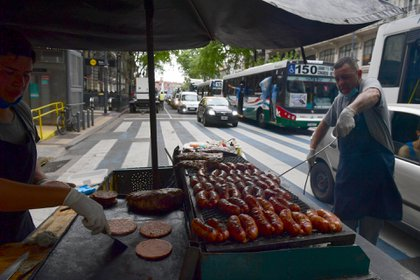 La venta de hamburguesas y choripanes fue la más redituable en la jornada (Maximiliano Luna)