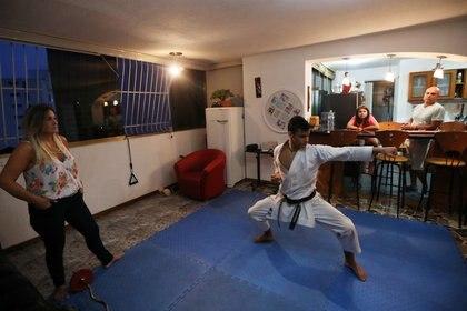 Foto del karateca venezolano Ricardo Perez entrenando ensu casa en medio de la pandemia de coronavirus.  May 8, 2020 REUTERS/Manaure Quintero