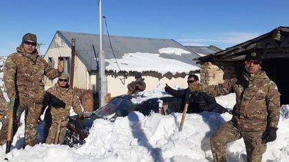 La cuadrilla suele asistir a los hogares aislados por la nevada en la montaña
