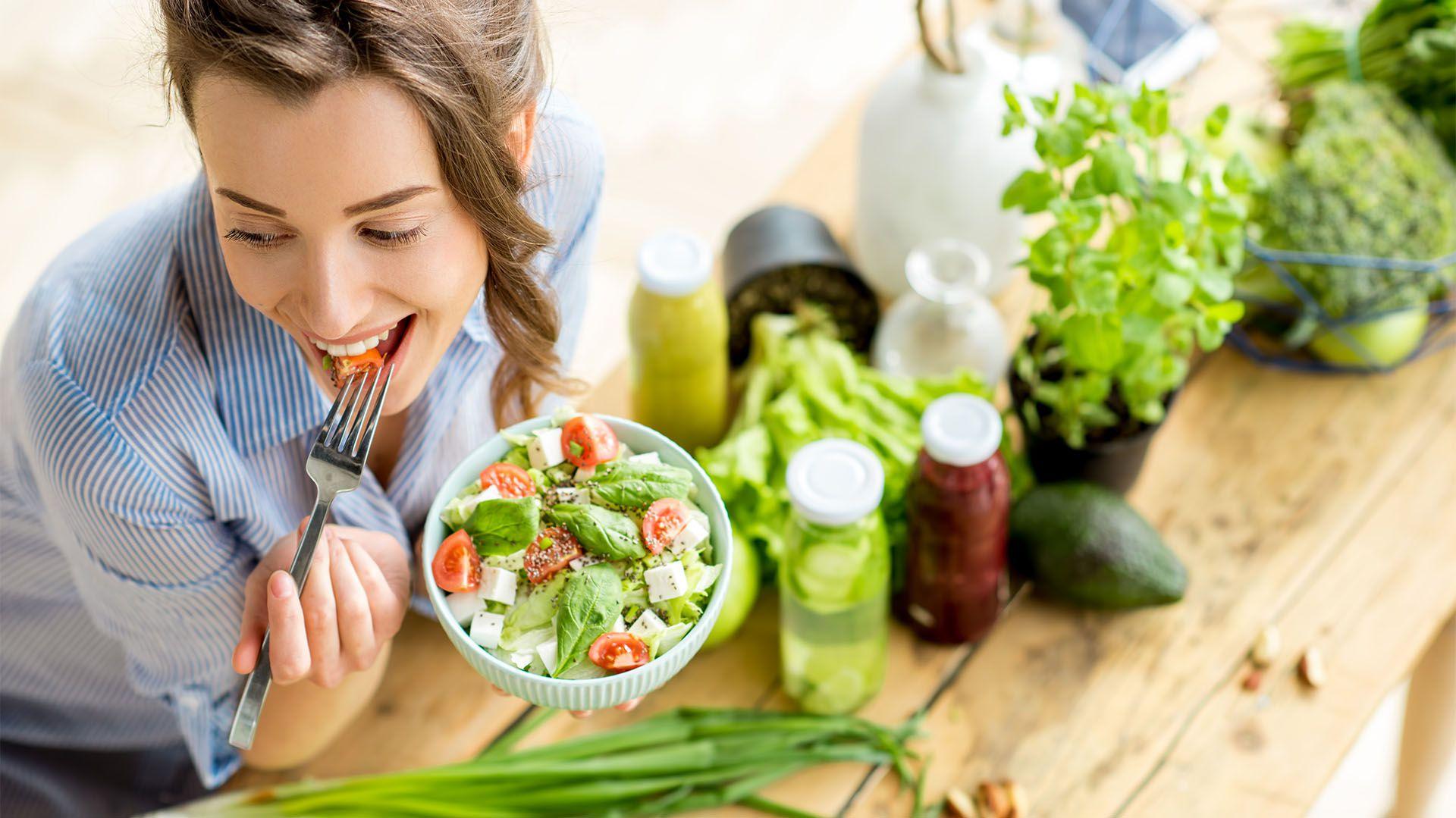 Aunque estamos diseñados ancestralmente para obtener más de todo aquello que nos causa placer, como la comida, es posible cambiar gracias a la neuroplasticidad (Shutterstock)