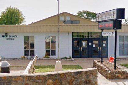 La escuela suspendió a la profesora. Ella enfrenta cargos por hasta 40 años. (Foto: Google Street view)