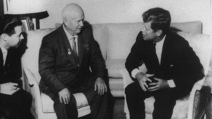 Nikita Khruschev y John Fitzgerald Kennedy, tras el acuerdo que puso fin a la crisis de los misiles en Cuba (Getty Images)