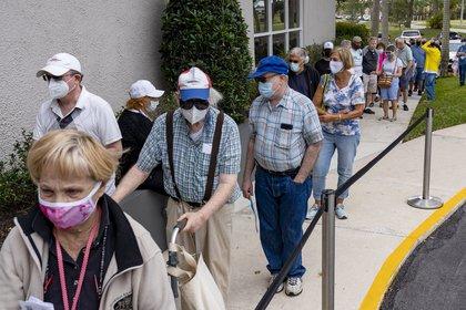 Largas filas para reservar un turno de vacunación en Delray Beach, Florida (AP)