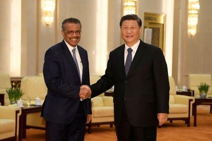 Tedros Adhanom, director general de la OMS, se da la mano con el presidente chino Xi Jinping antes de una reunión en el Gran Salón del Pueblo en Pekín, China, el 28 enero 2020 cuando el coronavirus ya había comenzado a expandirse por todo el mnudo (Reuters)