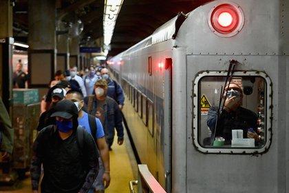 Pasajeros en la Estación Gran Central Station en Nueva York, Estados Unidos. (Photo by Angela Weiss / AFP)