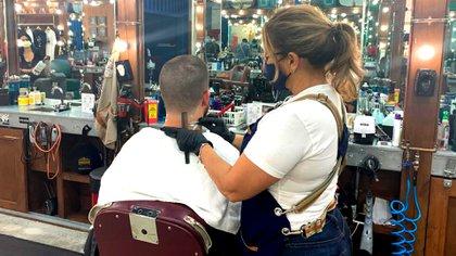 En Miami se habilitó la actividad con el uso de barbijo y guantes por parte del estilista