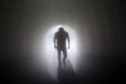 Un hombre camina con un túnel sanitario instalado en las afueras del subterráneo de Escobedo, Nuevo León, México (Julio Cesar AGUILAR / AFP)