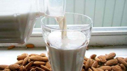 La leche de almendras es uno de los cuatro sustitutos más habituales de la de vaca, junto con las de soja, coco y arroz.