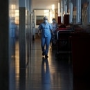 Trabajadora médica camina por un pasillo de un hospital en las afueras de Buenos Aires, Argentina, 16 octubre 2020. REUTERS/Agustin Marcarian