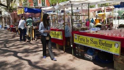 En su día apertura al público, en las inmediaciones de la Plaza Dorrego se vio el habitual despliegue de puestos y vendedores ambulantes.  (Fotos: Lara Sartor/Télam)