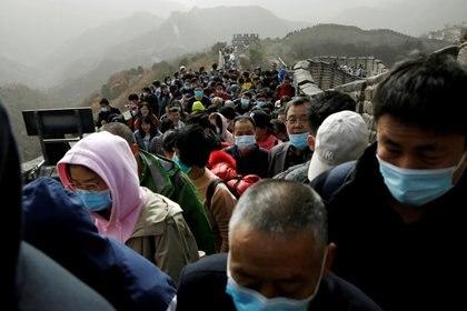 Personas con máscaras abarrotan la sección Badaling de la Gran Muralla en Beijing, China, el 31 de octubre de 2020. (REUTERS/Tingshu Wang)