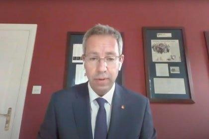 Mene Pangalos, vicepresidente ejecutivo de AstraZeneca, anunció que la compañía hará 2.000 millones de dosis sin fines de lucro de la vacuna que desarrolla con la Universidad de Oxford.