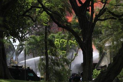 El fuego no sólo destruyó la propiedad del asesino, sino la de otros vecinos (AP)